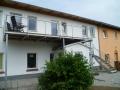 Stahlwangen-Außentreppe, verzinkt mit ES-Geländer, Lärchestufen und Balkon